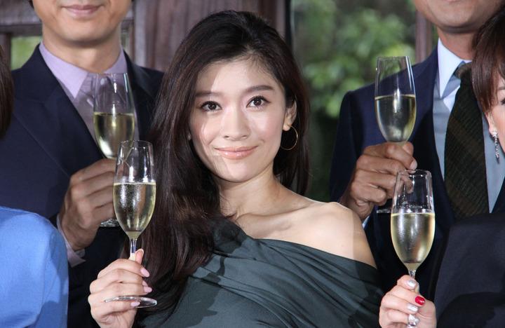 シャンパン片手に持つ篠原涼子
