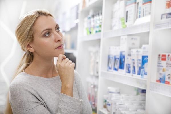 薬局で悩む女性